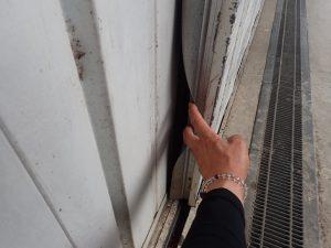 兵庫県姫路市 イタチが住み着き、扉から出入り ゴムの劣化